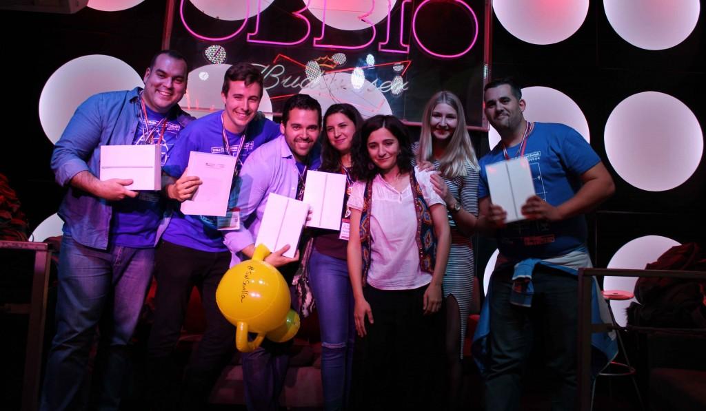El equipo ganador del Startup Weekend Sevilla 2016 recoge su premio.