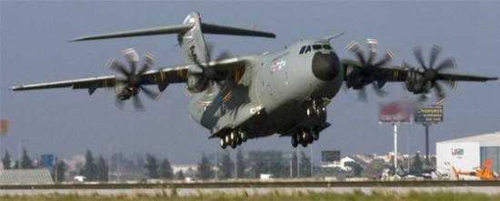 El avión militar A400M durante el despegue de su primer vuelo en 2009