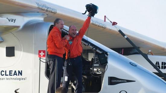 Piccard y el otro piloto al culminar su vuelo a Sevilla