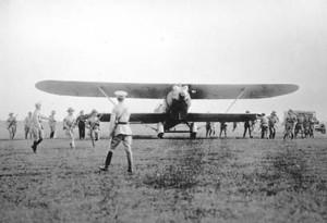 El avión Jesús del Gran Poder durante su aterrizaje en el Aeródromo de Columbia