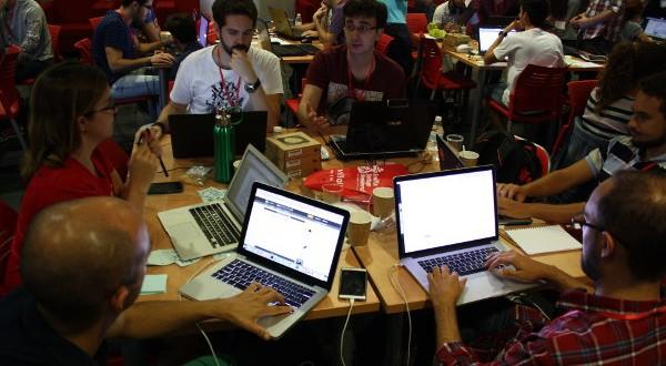 Foto de participantes trabajando durante el Sevilla Startup Weekend de Gamificación y Videojuegos