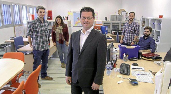 Manuel Boza junto a su equipo en la sede de Unyq en Sevilla.
