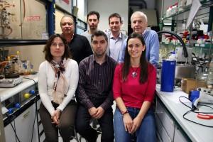 Ernesto Carmona y su grupo de investigación en los laboratorios del IIQ Sevilla