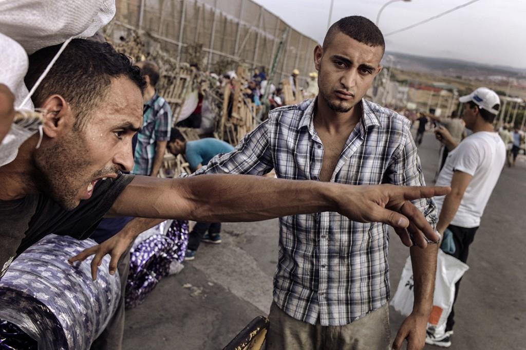 Un joven que grita a la espera de cruzar el paso fronterizo Barrio Chino entre Melilla y Marruecos. Melilla, 29 de julio de 2015. José Colón.