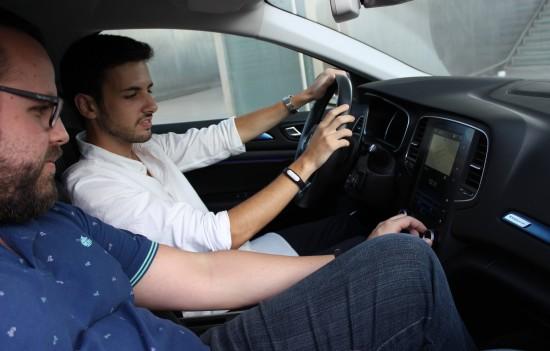 participantes-en-el-hackathon-prueban-uno-de-los-coches-conectados