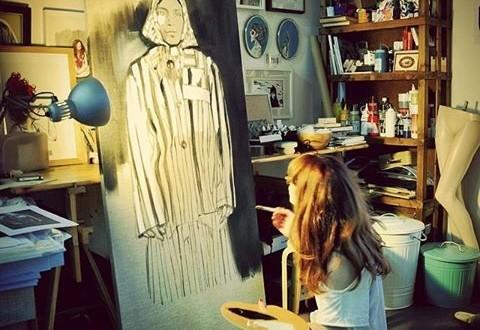 Paula Bonet trabajando en una de sus obras