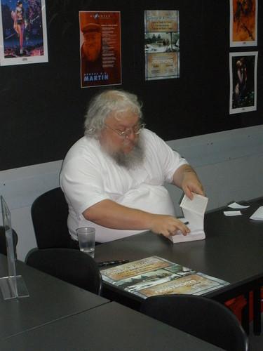 George R.R. Martin, autor de Juego de Tronos, firmando ejemplares en la tienda sevillana en julio de 2008.