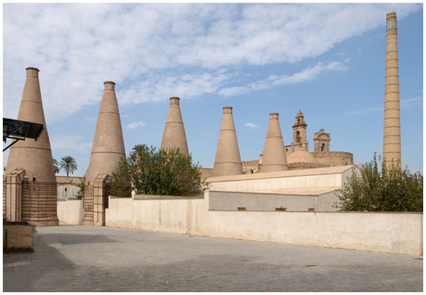 Antiguas chimeneas de cerámica situadas en el interior del Centro Andaluz de Arte Contemporáneo