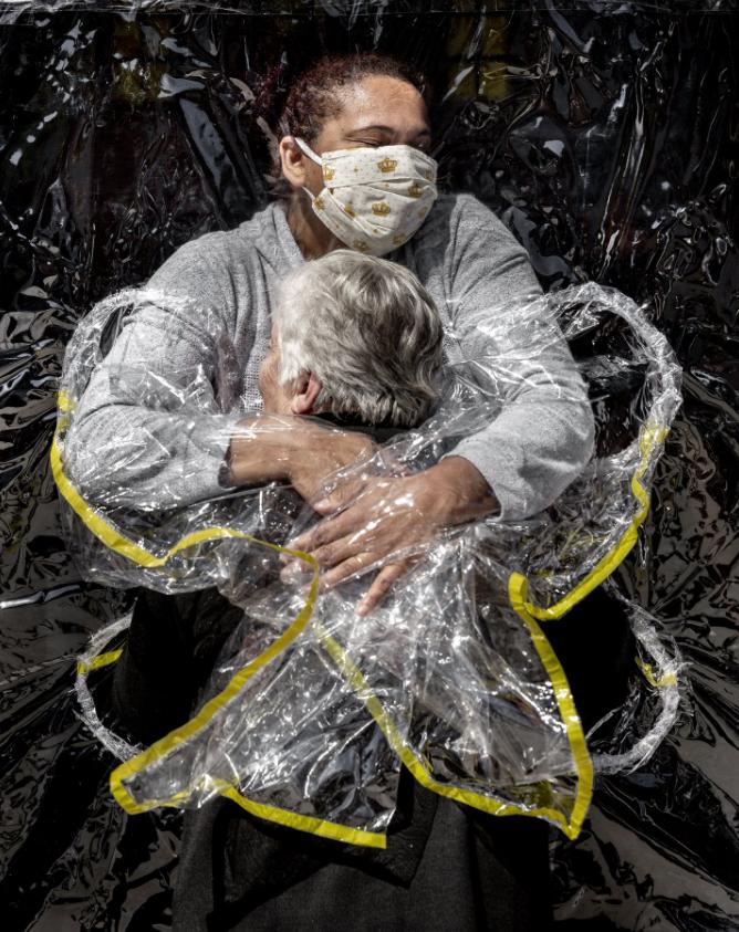 The First Embrace', de Mads Nissen, fotografía ganadora del World Press Photo