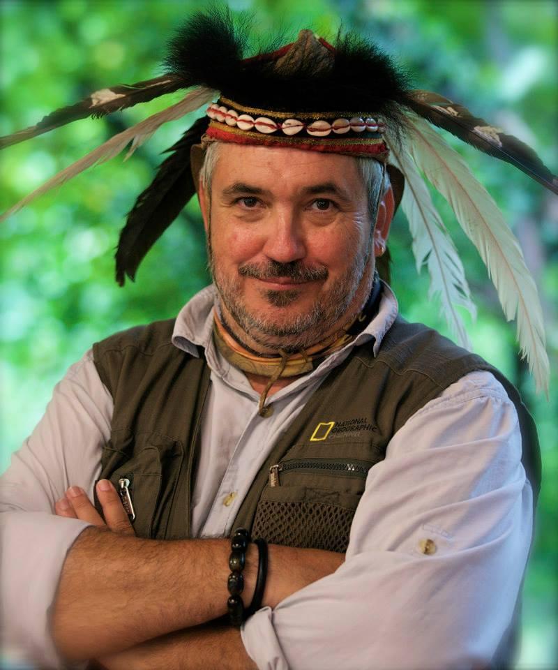 El sevillano José Miguel García Sánchez con tocado de la tribu Tsou, aborígenes que pueblan las montañas centrales de Taiwan, durante el rodaje del documental 'Taste of the tropic'.